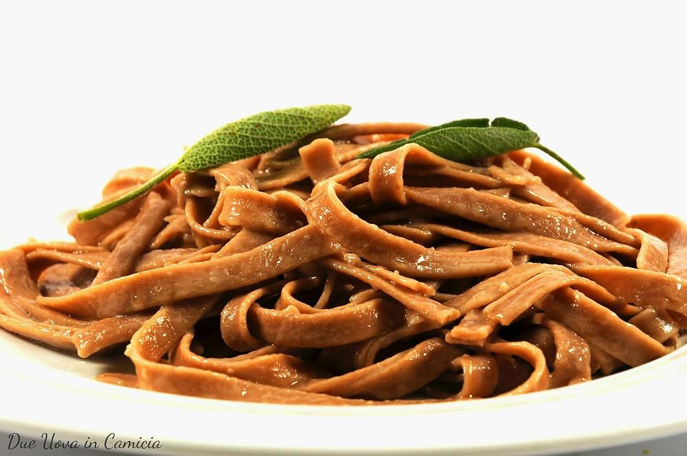 Tagliatelle con farina di castagne, burro e salvia