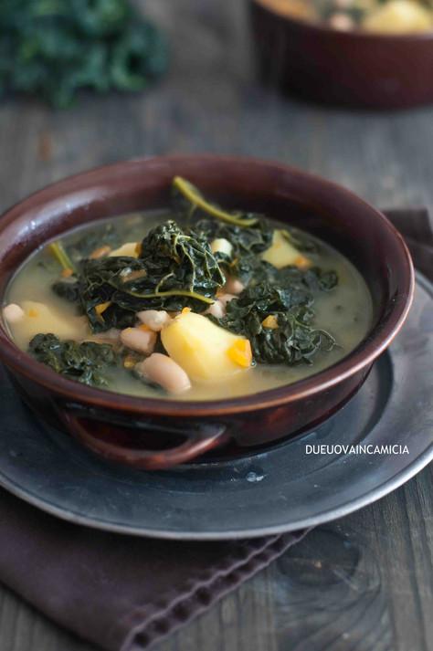Zuppa con cavolo nero, patate e fagioli cannellini.