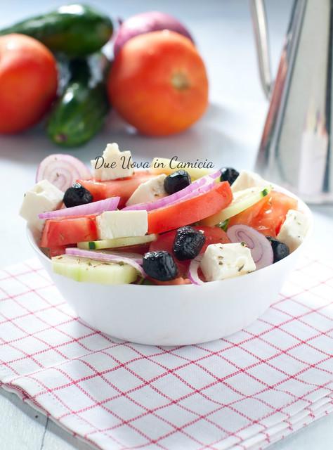 Insalata greca con olive , feta e pomodoro