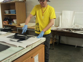 Rolling up the linocut