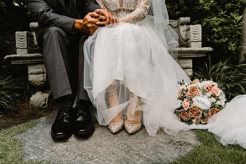 Couple's details. Shoes and bouquet