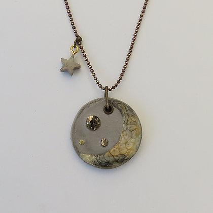 Collier artisanal Croissant de lune ciment et cristal