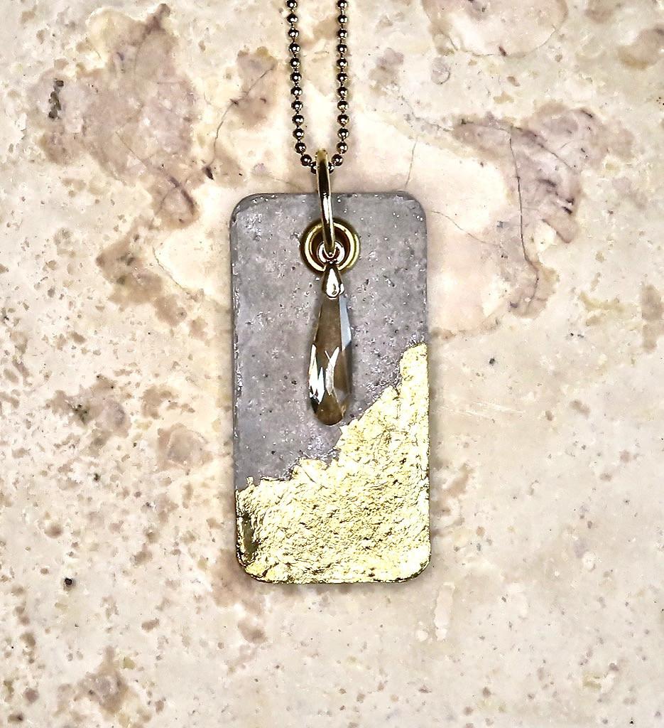 Collier artisanal à pendentif rectangulaire en béton, feuille d'or 24K et cristal Swarovski.