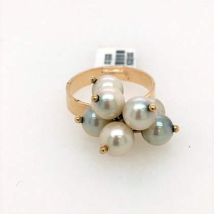 Pearl ring with movement