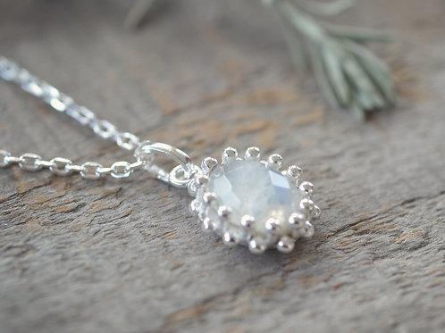 Halskette fein mit ovalem Anhänger