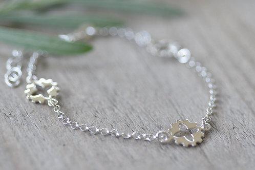 Silberarmkette mit Blumen