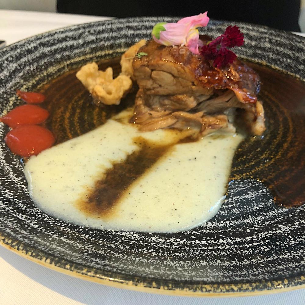 Tostón confitado con coliflor picante en tempura
