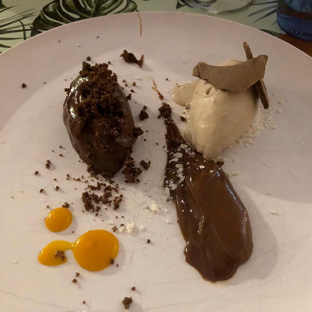 Mousse de chocolate al 70%, caramelo, fruta de la pasión