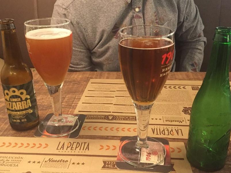 Mesa de Pepita Burger Bar con cervezas