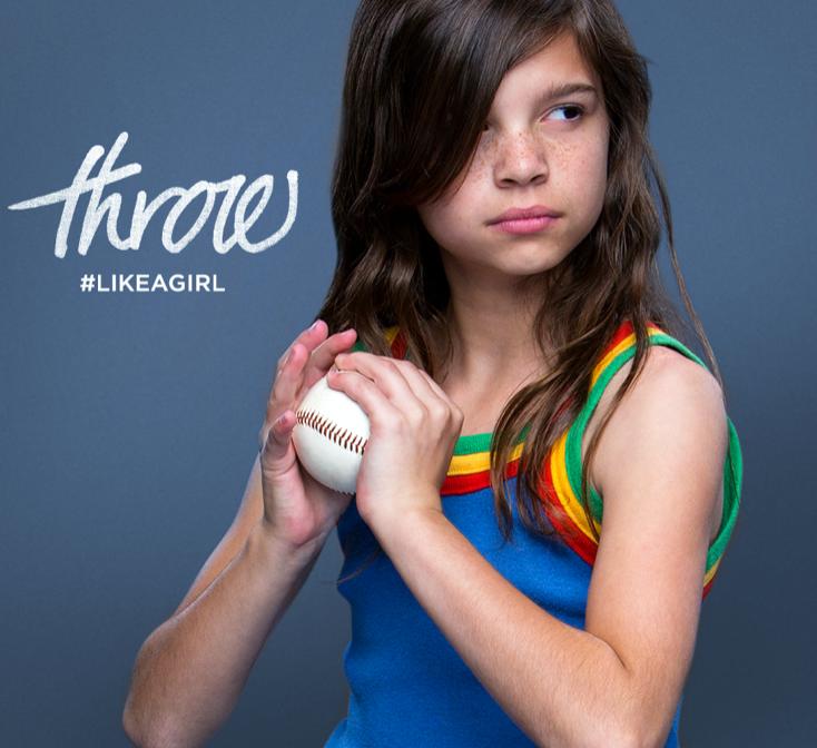 Niña con bola de baseball. Campaña throw like a girl