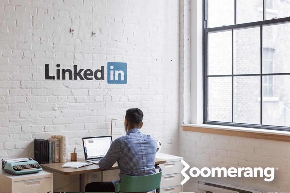 Hombre trabajando en estrategia para LinkedIn