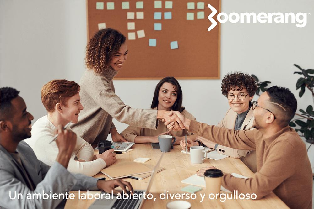 Un grupo de personas de diferentes antecedentes y grupos culturales trabajando juntos.