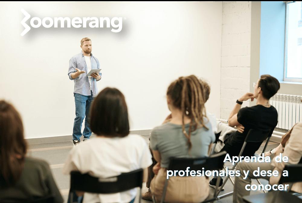 varias personas en una clase escuchando a un orador