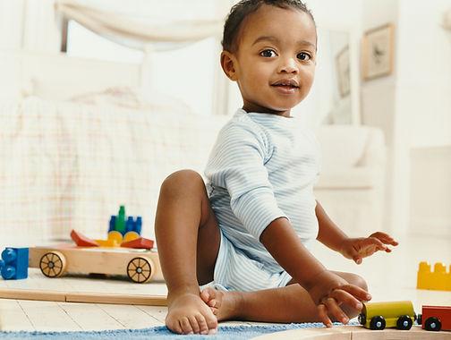 Bébé avec des jouets