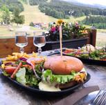 Burger_et_salade_italienne_vue_sur_les_p