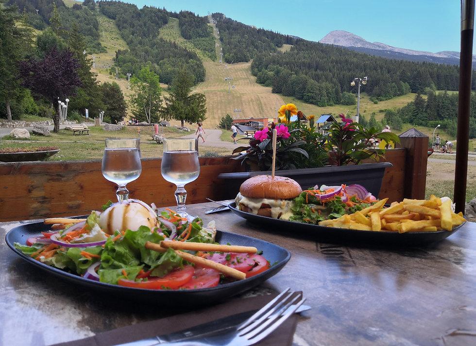 salade italienne et burger en terrasse.j