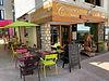 Devanture et terrasse avec chaise et table