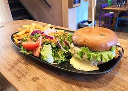burger frites et salade sur le comptoir