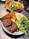 Assiettes garnies de crèpes salade et steak