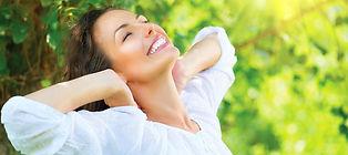 femme-sourire-bien-etre-nature-buste-en-