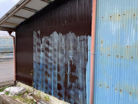倉庫のペンキを塗ったり
