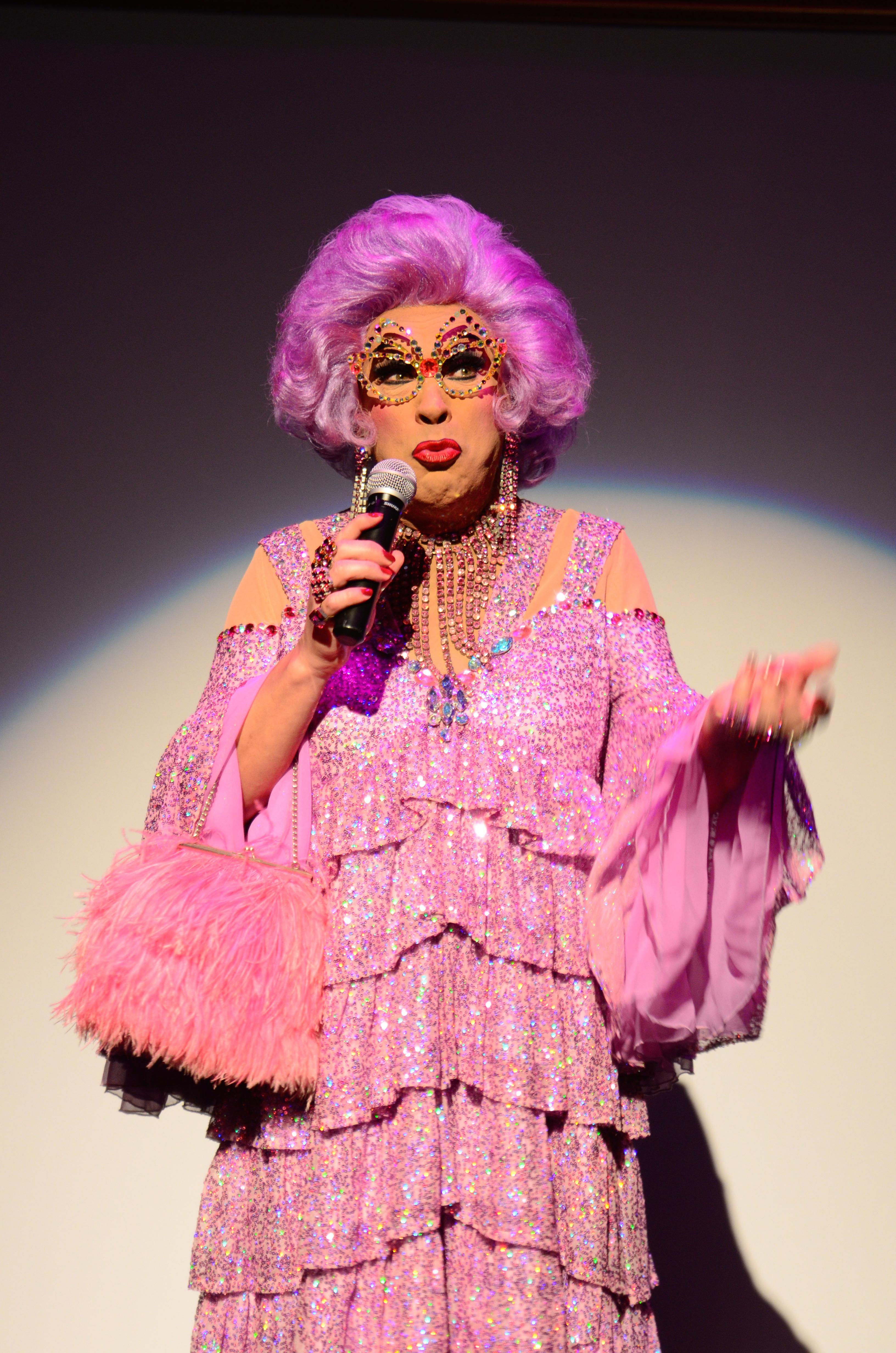 Dame Edna (11)