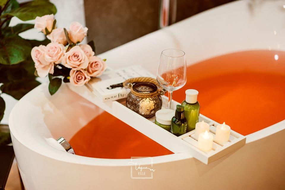 Romantic Bathtub Decor