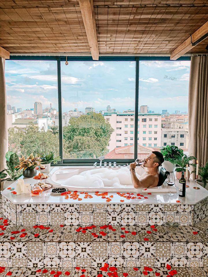 Luxury Bathtub Decor