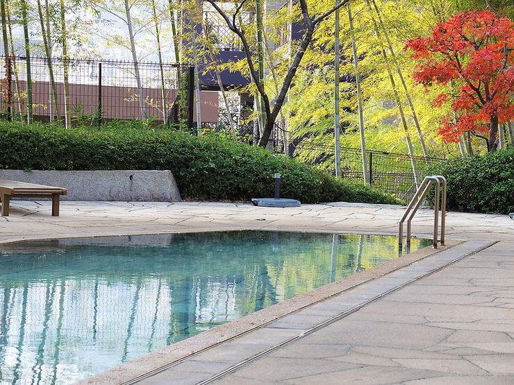 温泉付きリゾートマンションアデニウム熱海翠光園の中庭温泉プール