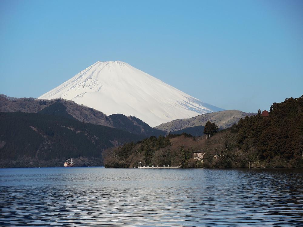 積雪の富士山と芦ノ湖
