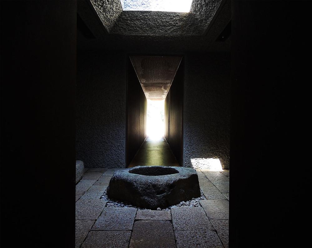 江之浦測候所隧道内の光井戸