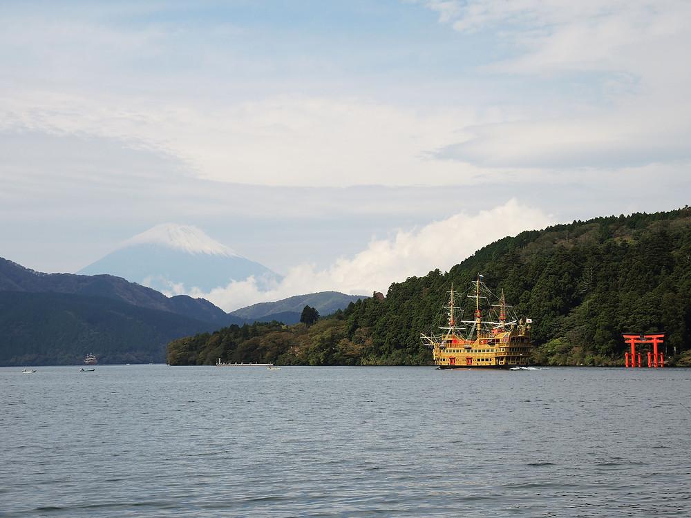 箱根芦ノ湖を進む箱根海賊船と富士山