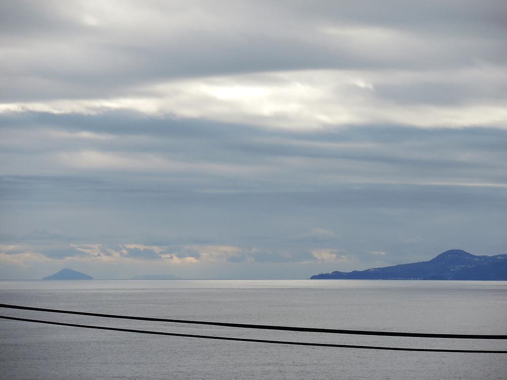 水平線に見える伊豆諸島利島