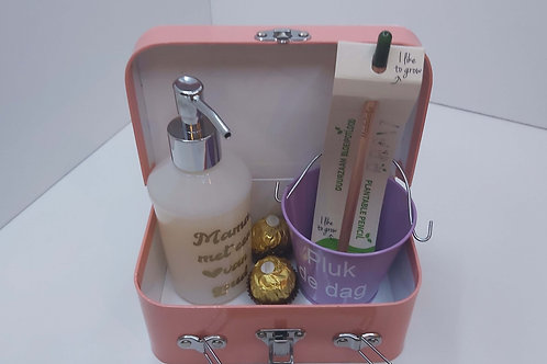 Koffertje met bloempotje + bloeipotlood + praline + zeeppompje