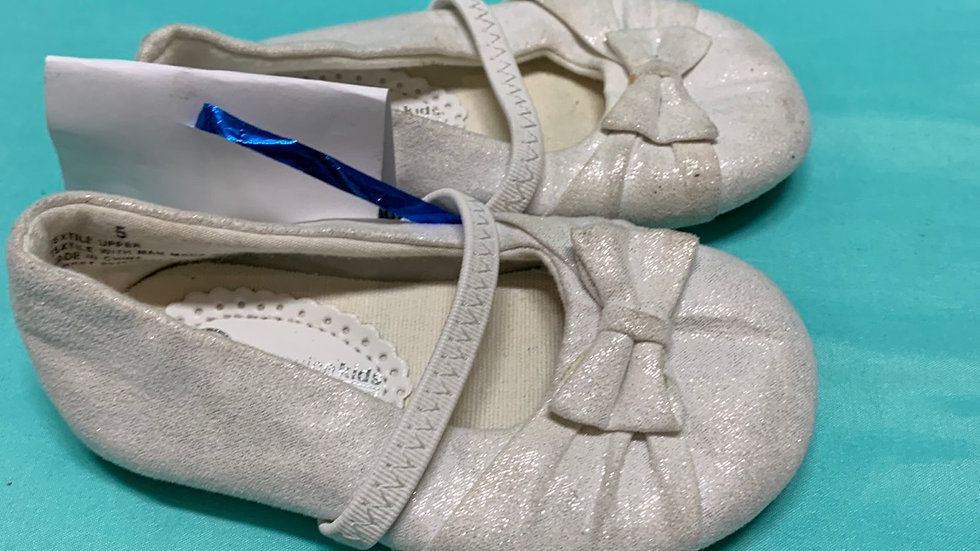 Little kid size 5, white ballet flat with bow