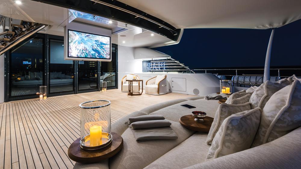 plvs-vltra-yacht-patio