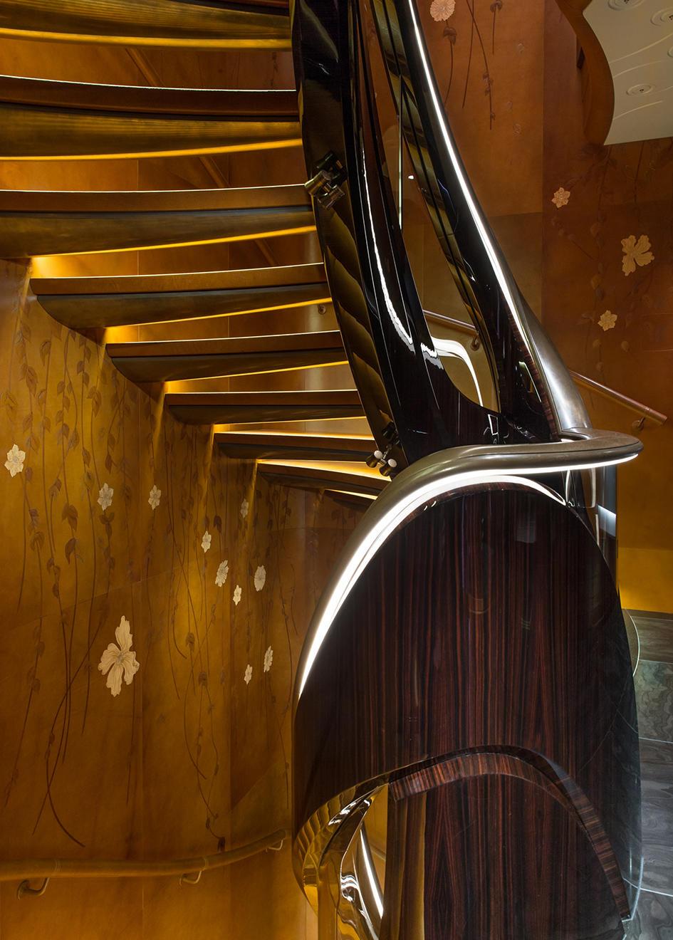 fjTlm82QMOuUQYJiE28Z_Kismet-super-yacht-lurssen-shahid-khan-95-metres-credit-guillaume-plisson-stair