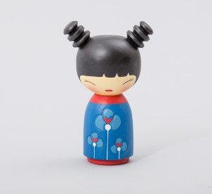 בובה יפנית כחולה עם קוקויות
