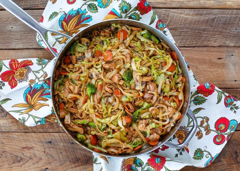 stir fry noodles chicken and vegetables