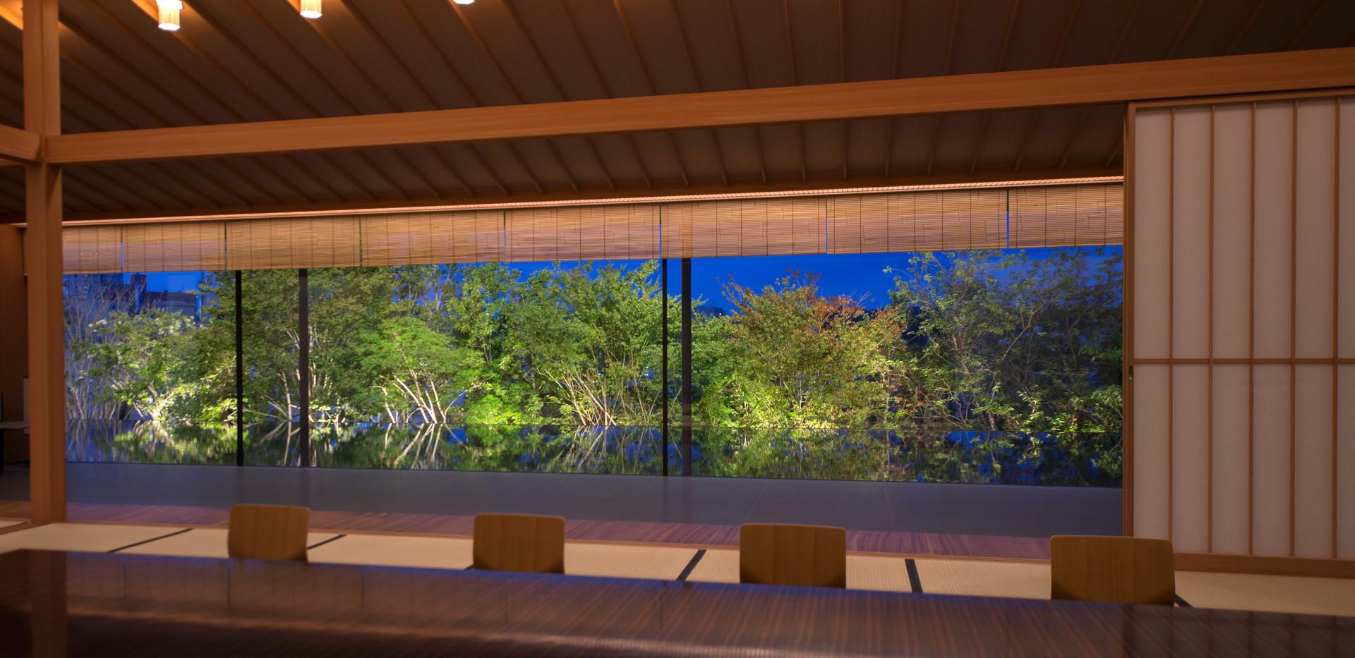 常設展示室 水盤越しの植栽ライトアップ