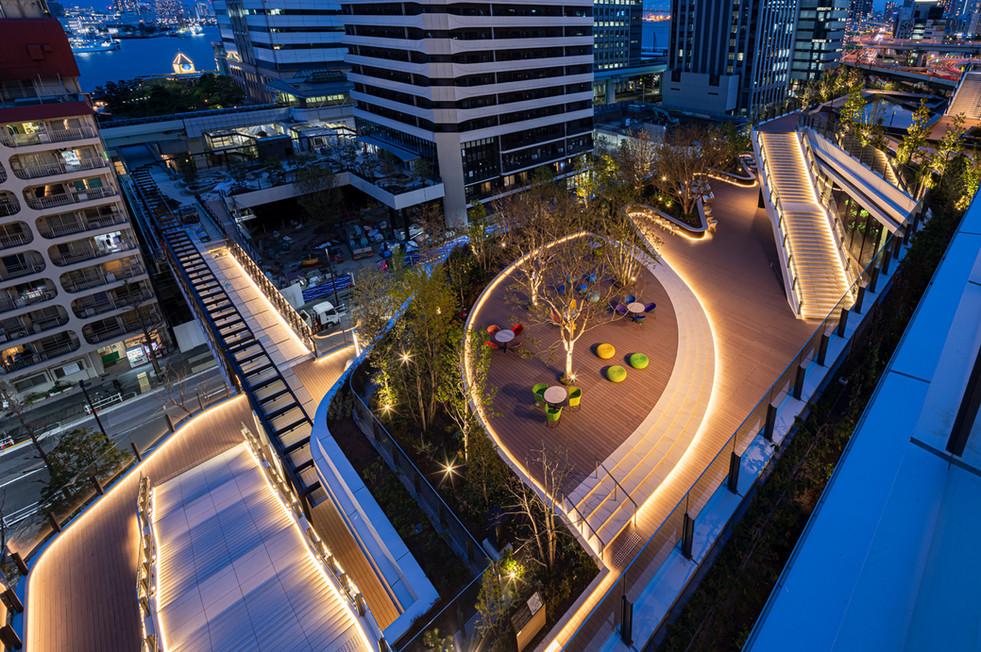スキップテラス4階から3階および2階を見下げた風景 光のラインがスキップテラスの連続感を表現している。