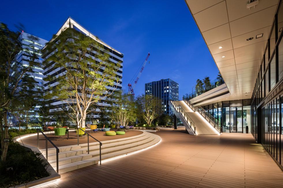 3階の多目的広場 通常は人々の憩いの場であり、イベント時はステージとなる。