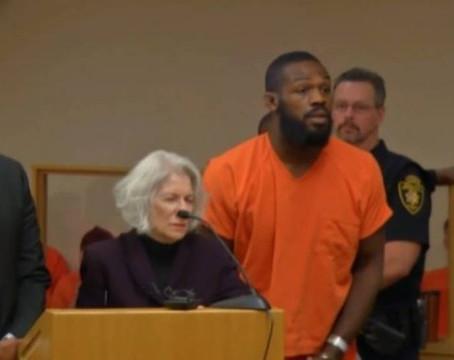 Jon Jones é punido em julgamento, deixa a prisão e pode lutar no UFC