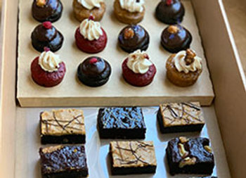 Petit four cakes and brownies box
