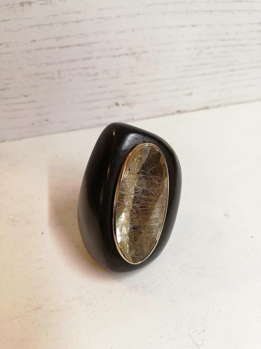 anello molto grande,solo la pietra misura 4,3 X 2,0 cm