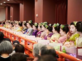 新開場の京都南座・師走の特別席 顔見世歌舞伎の花街総見鑑賞と 祇園の御茶屋のお座敷の宴