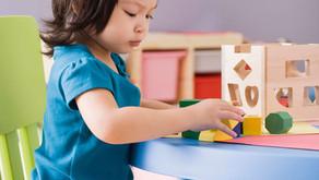 孩子自己玩的時候,我要做什麼?要學𢤦「自言自語」!