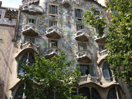 A man named Gaudi designed a house in Barcelona, Spain.../ Un homme appelé Gaudi a dessiné une maiso