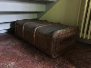 Suitcase under the stairs/ Valise sous l'escalier