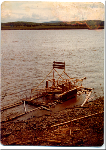 Fishwheel on Yukon River 1975 lr.png